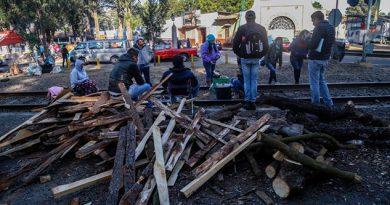 Normalistas bloquean vías del tren en Michoacán
