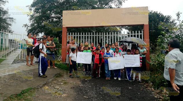 Padres de familia toman las instalaciones por tanto robo a escuela de Cerro Azul
