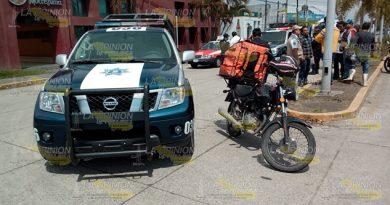 Patrulla se le atraviesa a motociclista en Martínez de la Torre