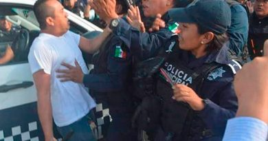 Policías despedidos de Coatza arman gresca frente a cuartel