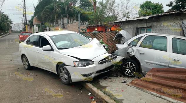 Proyectan auto contra casa en Tuxpan