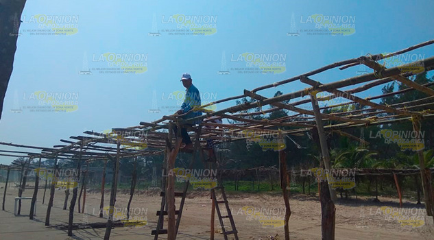 Rehabilitan palapas en playas de Tuxpan