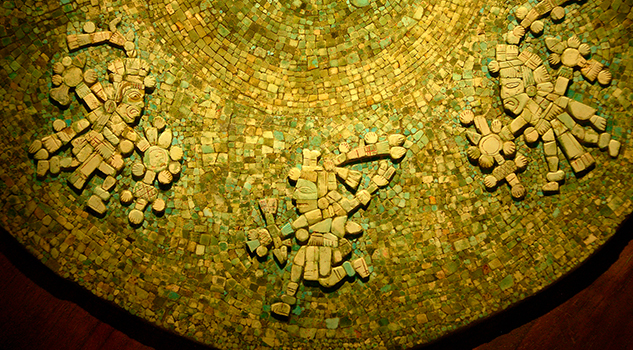 Restauran obra maestra mexica: el disco de turquesa decorado con siete dioses guerreros