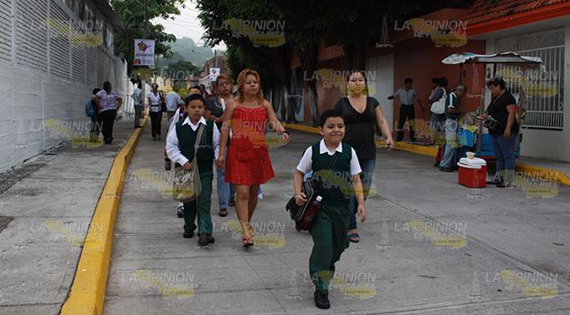 Se arriesgan al cruzar bulevar en Poza Rica, necesitan puente peatonal