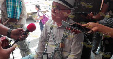 Se encadena periodista e inicia huelga de hambre en Tuxpan