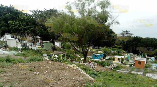 Se quedan sin espacios los cementerios de Cerro Azul