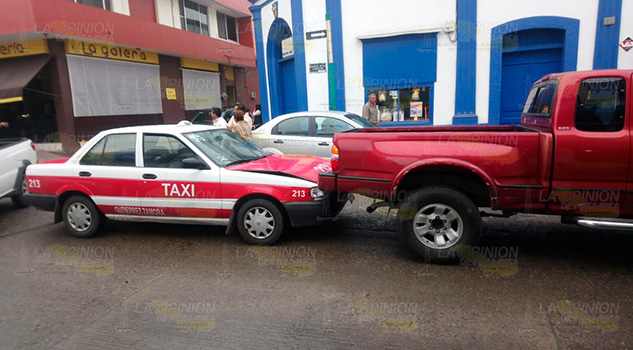 Taxista se impacta contra parte trasera de camioneta
