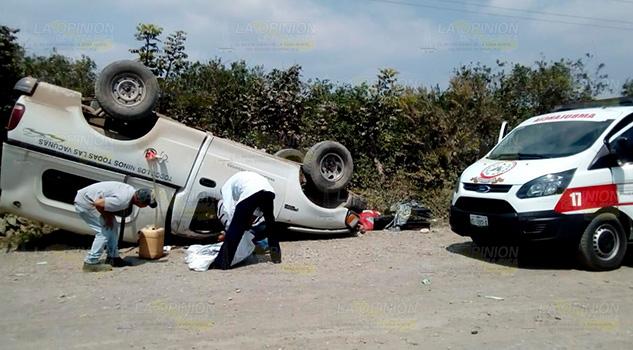 Vuelca camioneta de IMSS - PROSPERA en Paso del Correo