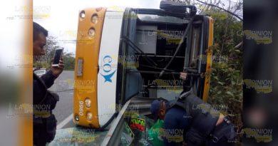 Vuelca autobús sobre la carretera federal México-Tuxpan, 7 heridos