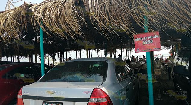 ¡Abusivos! Rentan palapas a $250 en playas de Tuxpan