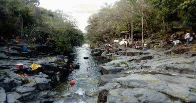 Acuden a refrescarse al río La Laja en Tancoco