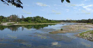 Ahuyenta contaminación a bañistas en la zona de los gaviones en Álamo