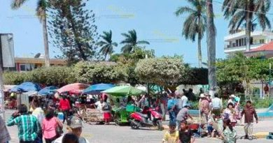 Ambulantes se apoderan de la vía pública en Cazones de Herrera