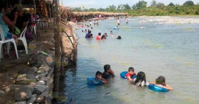 Arriban turistas al río Cazones en la zona de Zacate Colorado