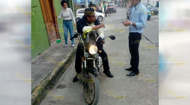 Automóvil derriba a pareja motociclista en Tuxpan