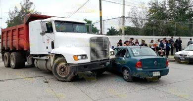Camión de volteo choca contra auto particular en Tuxpan