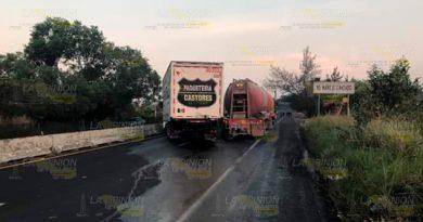 Carretera Xalapa - Cardel cerrada por choque entre camiones