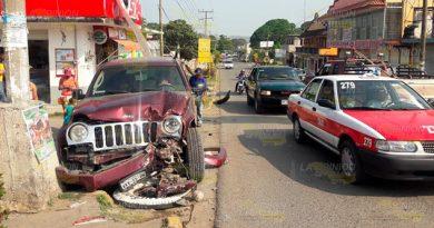 Causa destrozos con su camioneta en Naranjos