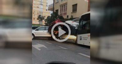 Chofer de autobús sufre infarto y arrolla a nueve autos en Málaga, España