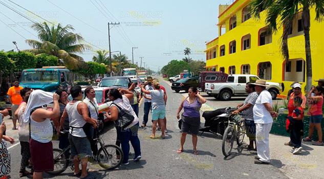 Comerciantes se oponen a operativo de vialidad en Tecolutla