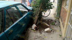 Ebrio conductor se impacta contra jardinera y bicicletas en Tuxpan