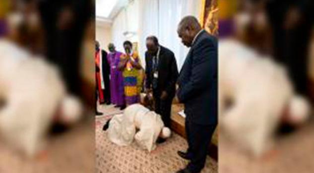 El papa Francisco besa los pies de líderes de Sudán del Sur