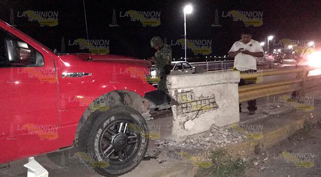 Estrella su camioneta contra el puente Tenechaco en Tuxpan