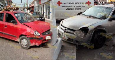 Fuerte choque entre Chevy y Atos en Martínez de la Torre