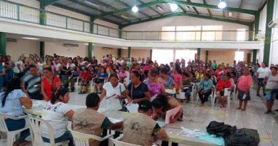 Hermética entrega de becas a jóvenes en Coatzintla