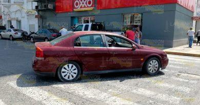 Intenta ganar el paso a otro vehículo y choca en Tuxpan