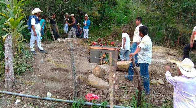 Latente contaminación de manantiales por panteón en Mecatlán