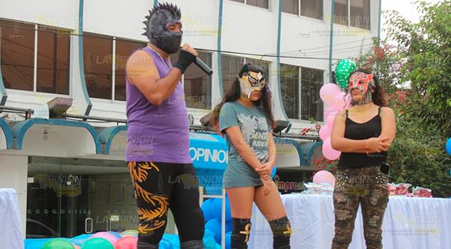 Luchadores de la Nueva Arena Poza Rica en festejo del día del niño