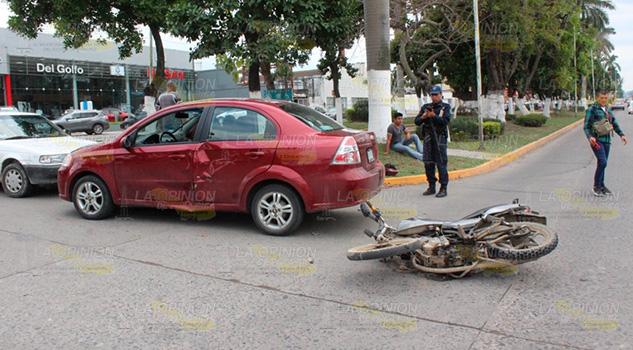 Motociclista resultó lesionado al chocar contra automóvil