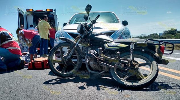 Motociclistas derrapan en la carretera hacia Tamiahua