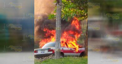 Prenden fuego a taxi en Amatlán