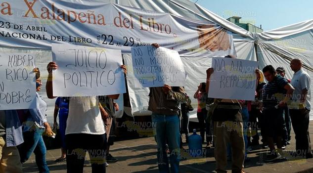 Protestan en Plaza Lerdo de Xalapa contra el alcalde de Chumatlán