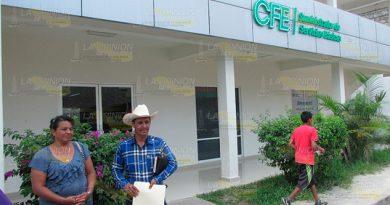 Protestan usuarios por la tardanza de recibos de CFE en Álamo