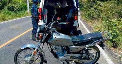 Se golpea la cabeza al derrapar en su moto sobre la Naranjos - Chontla