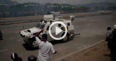 Tanqueta militar embiste a manifestantes partidarios de Guaidó