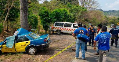 Taxista chocó su auto contra un árbol y murió en la carretera México - Tuxpan