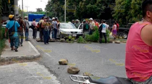 ¡Bloquean la carretera! Expulsan a vecinos de la comunidad Coacuilco