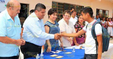 """Alcalde y presidenta del DIF de Tuxpan hacen """"caravana con sombrero ajeno"""""""