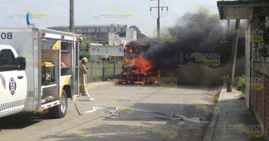 Camión de pasajeros quedó reducido a chatarra en Tuxpan