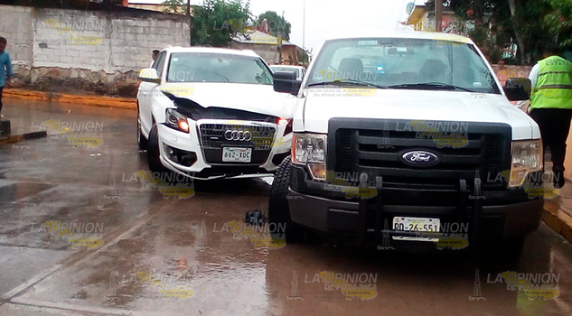 Chocan dos camionetas en crucero de las Delicias en Naranjos