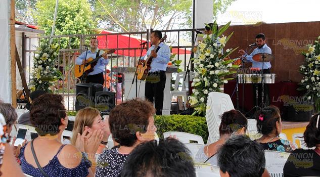 Con música, flores y una misa, celebran el Día de las Madres en el Cementerio Municipal