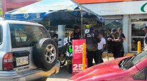 Dejan a menores dentro de una camioneta en Poza Rica