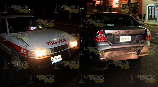 Dos mujeres lastimadas en colisión; taxi choca por alcance