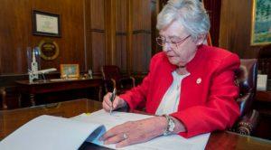 Gobernadora de Alabama aprueba prohibición del aborto en el estado