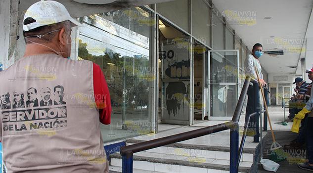 Limpian lo que fue tienda del ISSSTE en Poza Rica