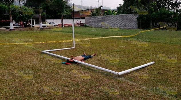 Lo ahorcar el tubo metálico de una portería en La Bomba, Tihuatlán